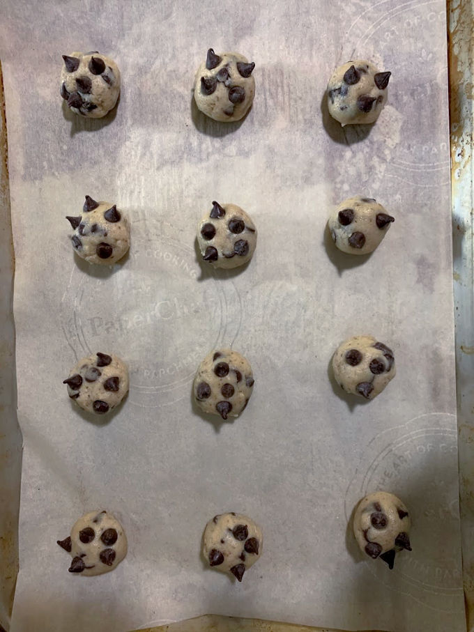 Cookies shaped in round balls ready to bake