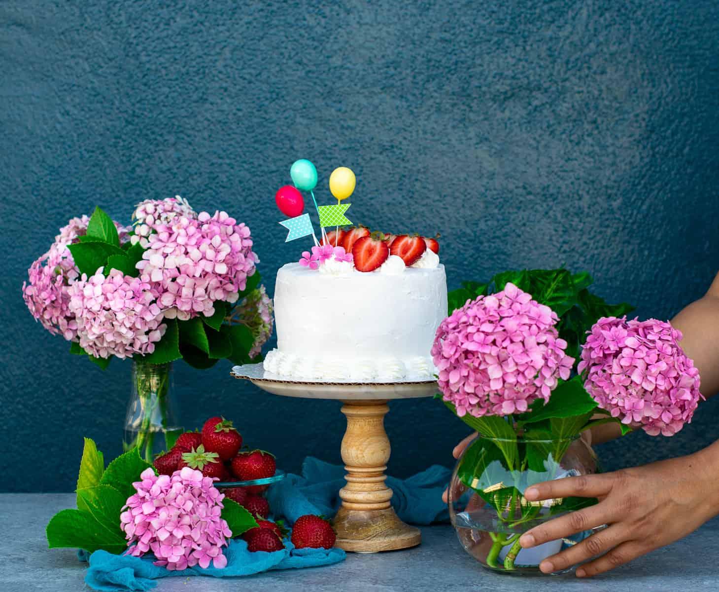 Placing flower vase besides the cake